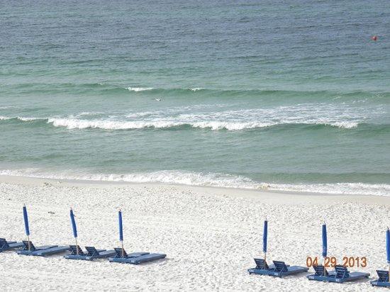 Ocean Towers Beach Club: Waves roll in