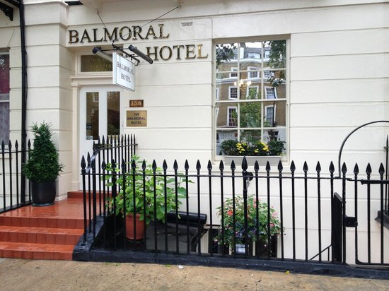 The Balmoral House Hotel : entrance
