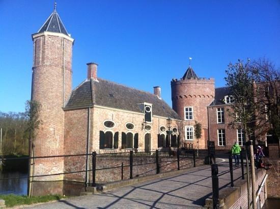 Stayokay Domburg: ingang kasteel (+1 vd 2 zijgebouwen)