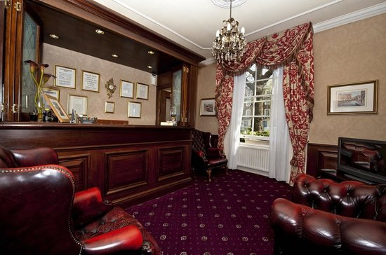 The Balmoral House Hotel : reception area