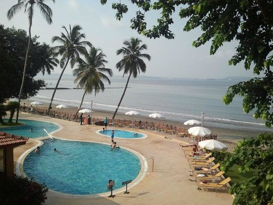 Dona Paula, India: early morning pool side