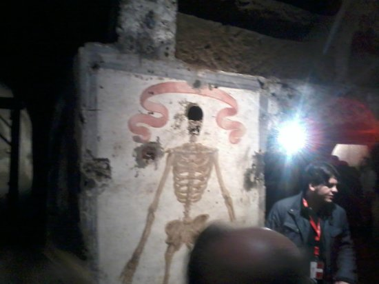 Catacombe Di San Gaudioso Napoli : la guida mentre illustra l'affresco