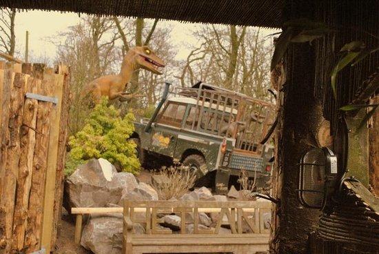 Dino Park: Velociraptors crashing the Land Rover