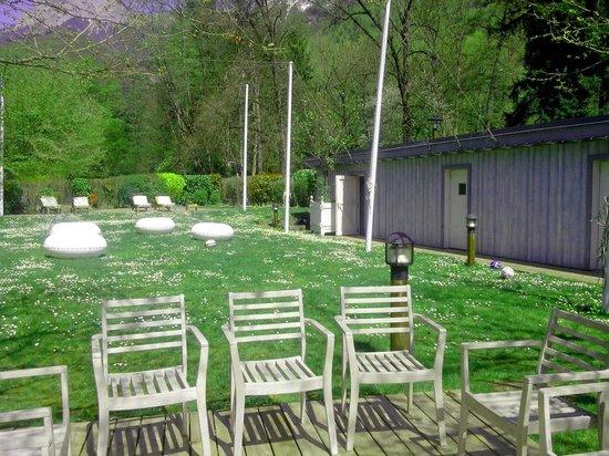 Petit Paradis : Le jardin et les transats au fond