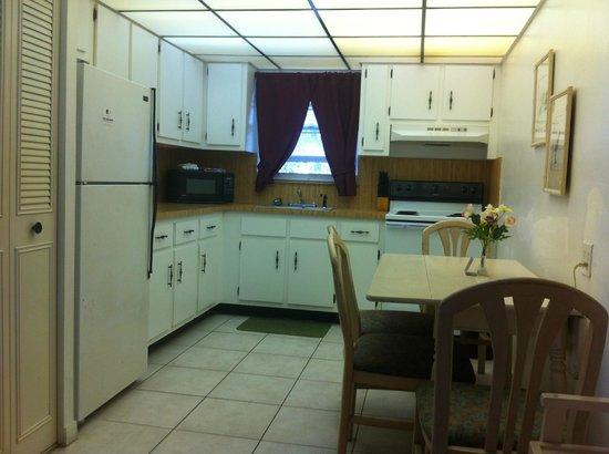 Richard's Motel Studios : Beautiful full kitchen in a large studio/efficiency!