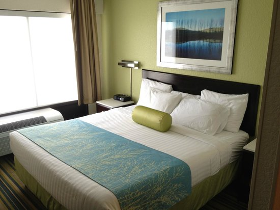 SpringHill Suites Houston Hobby Airport: Bed