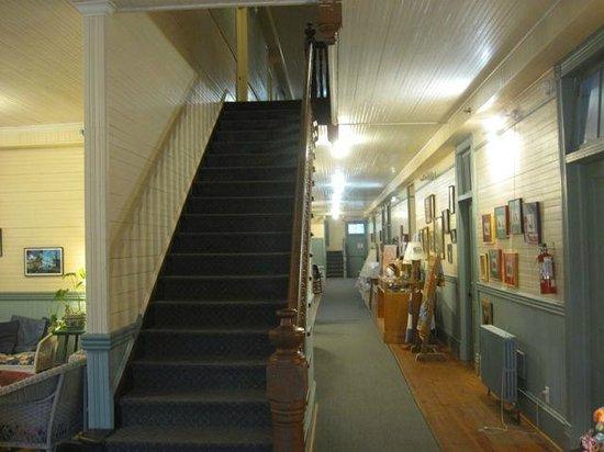 Balsam Mountain Inn & Restaurant: Stairway and first floor hall