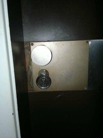 """Salvatti Iguassu Hotel: Porta externa do apartamento - parece que foi """"arrombada"""""""