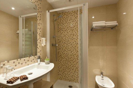 Hotel Roissy: Salle de bains avec douche et bidet