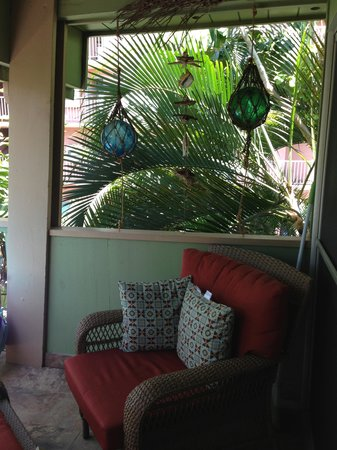 Kihei Kai Oceanfront Condos : Cozy seating area on the lanai