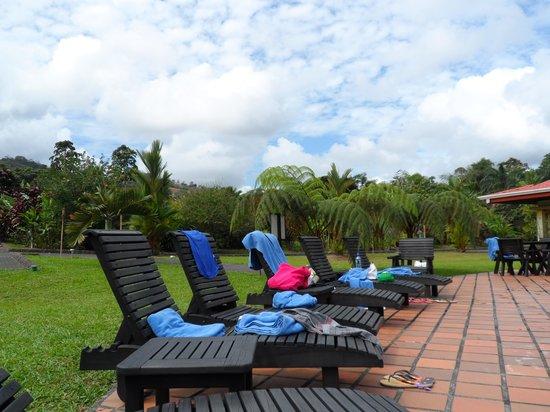 Volcano Lodge & Springs : Uncomfortable sunbeds!