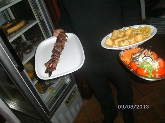 CasaDana cozinha tradicional madeirense: espetada de vaca e acompanhamentos