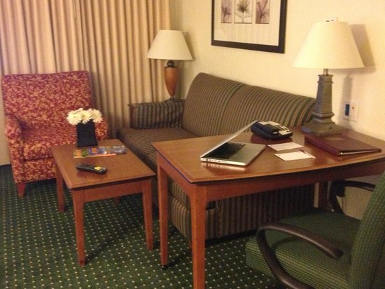 Residence Inn Denver Airport: desk and sitting area in room