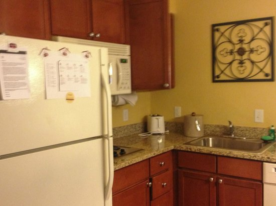 Residence Inn Denver Airport: nice kitchen area in room