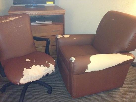 Candlewood Suites Extended Stay : room 315 furniture. they must have dug this out of the dumpster.