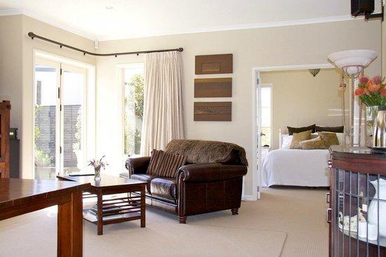 Casa del Mare Boutique Bed & Breakfast: Casa del Mare Bed & Breakfast guest lounge looking into the Paris Suite