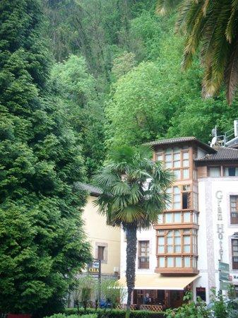Gran Hotel Rural Cela: Foto del hotel desde el parque que hay delante
