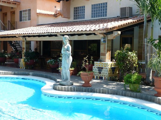 Casa Virgilios: Cooling pool and statuary