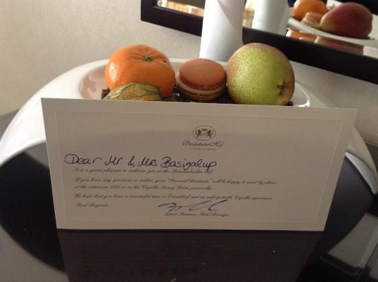 Breidenbacher Hof, a Capella Hotel : detalle de una nota de bienvenida y frutas