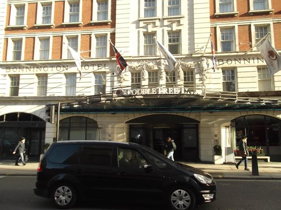 DoubleTree by Hilton Hotel London - West End : hotel on street
