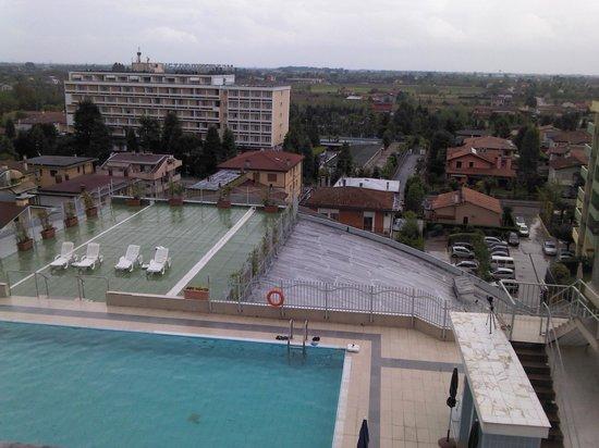 Hotel Alexander Palace: vista verso la piscina esterna, dal balconcino
