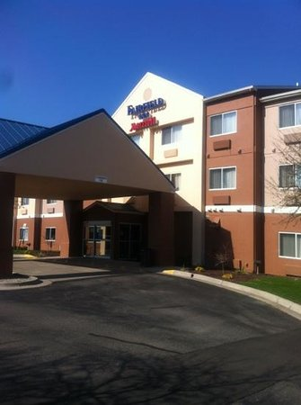 Fairfield Inn & Suites Grand Rapids: front e trance to hotel, quiet location