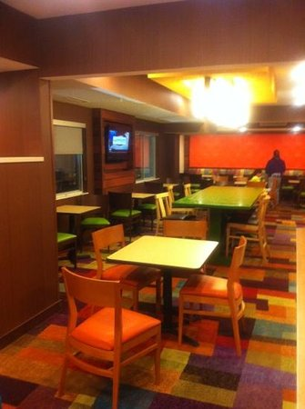 Fairfield Inn & Suites Grand Rapids : breakfast area. real eggs served!!!!