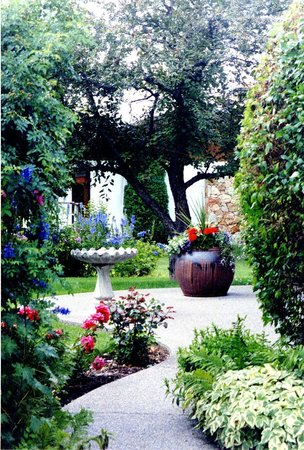 Windermere Lakeside Bed and Breakfast: Front garden patio