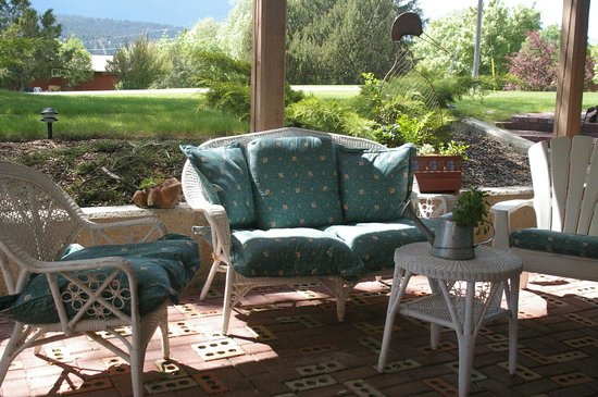 Windermere Lakeside Bed and Breakfast: Garden patio off the Selkirk and Swansea rooms