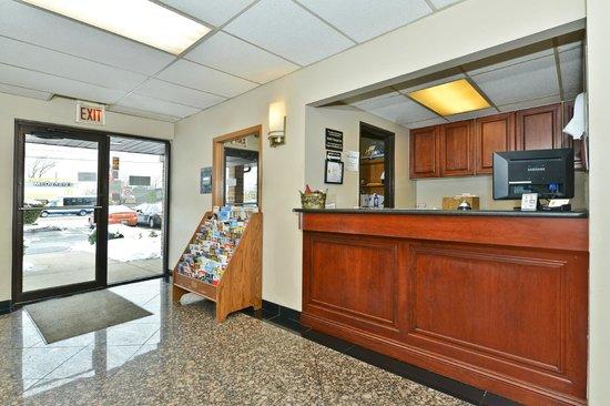 Super 8 Bridgeview/Chicago Area: Front Entrance& Reception