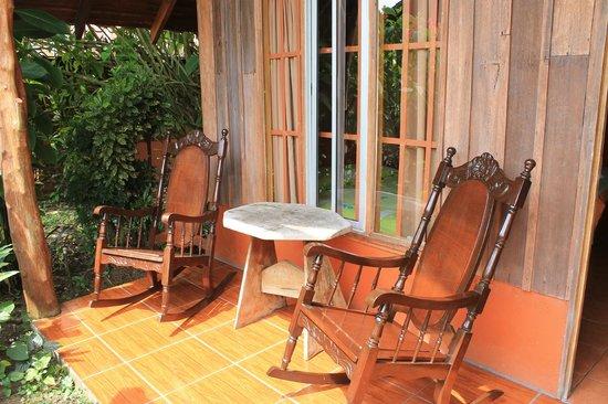 Hotel Villas Vista Arenal: Sillas mecededoras en la entrada de la cabaña