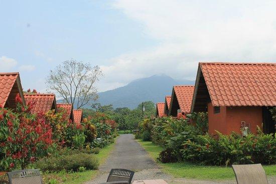 Hotel Villas Vista Arenal: cabañas con el volcán de fondo