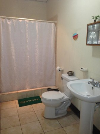 Posada Las Brisas: Every room has a private bathroom with shower