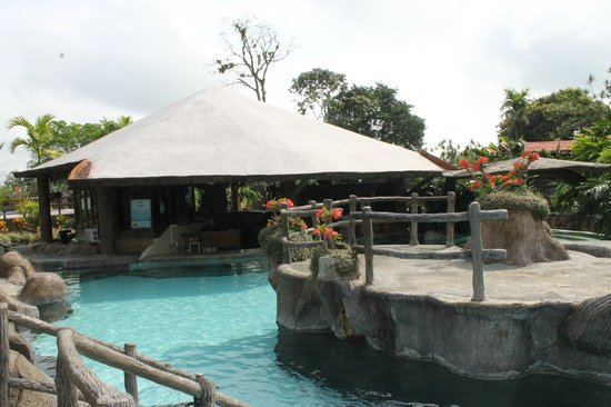 Los Lagos Hotel Spa & Resort: Área del bar en la piscina
