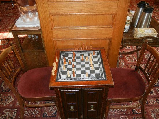 James Bay Inn Hotel, Suites & Cottage: Chess anyone? A vintage board located in the lobby.