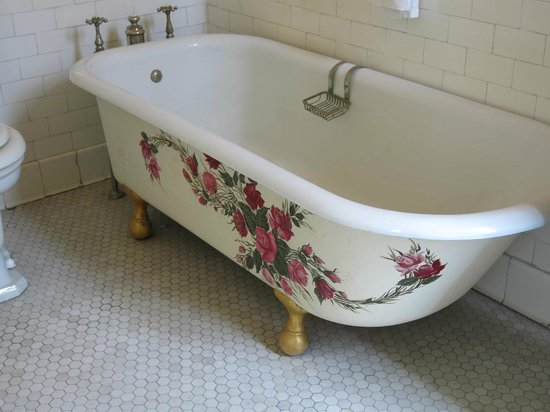 Goodwood Museum and Gardens : painted design on bathtub