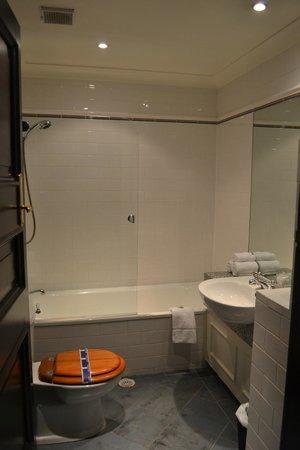 เวลเลสเลย์บูทิคโฮเต็ล: nice modern bathroom