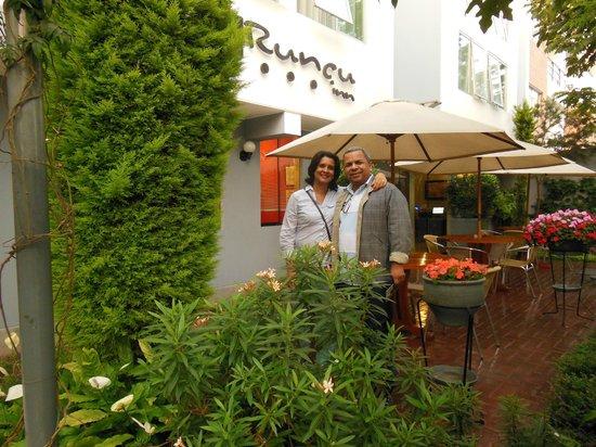 Hotel Runcu Miraflores: Jardim de acesso ao Runcu Hotel em Miraflores, Lima.