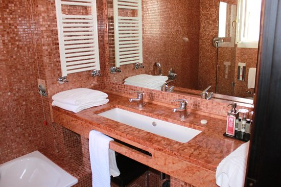 Hotel Saturnia & International: Pretty Tiled Bathroom With Large Sink