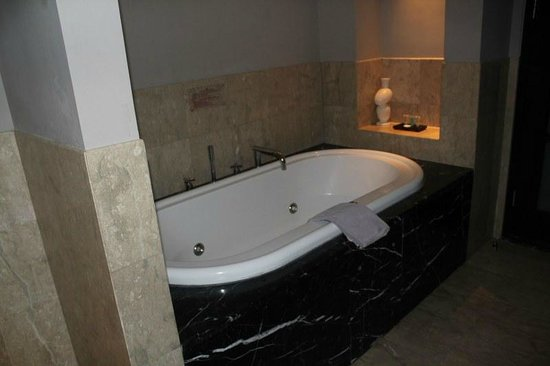 Surya Hotel and Cottages Prigen : Signature Executive Bathroom