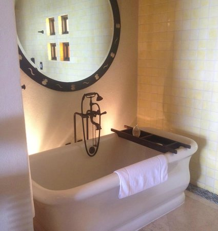 The Resort at Pedregal : spacious tub for two