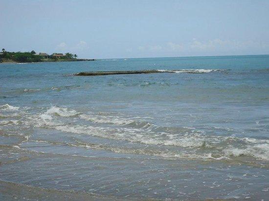 Treasure Beach Hotel: THE SOUND OF THESE WAVES WI'LL SURE PUT U TO SLEEP