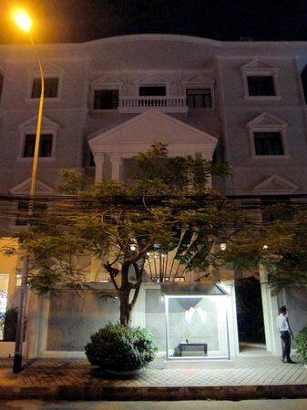 White Mansion: Front of hotel