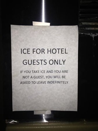 Quality Inn Meadowlands: seriously ???? I'm sure all tourist from Lyndhurst will try to steal ice from your hotel !!!