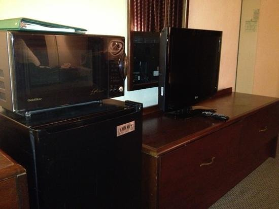 Quality Inn Meadowlands: fridge, mucriwave and flat screen tv