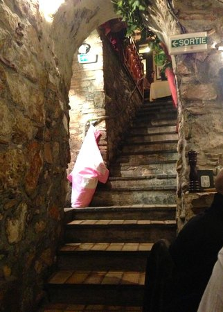 Le Brulot Pasta & Vino: steep and ancient stairs