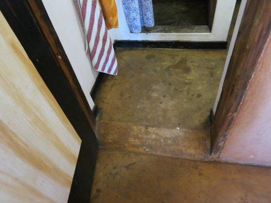 Safari Beach Lodge : Indoor bathroom in the family gazebo