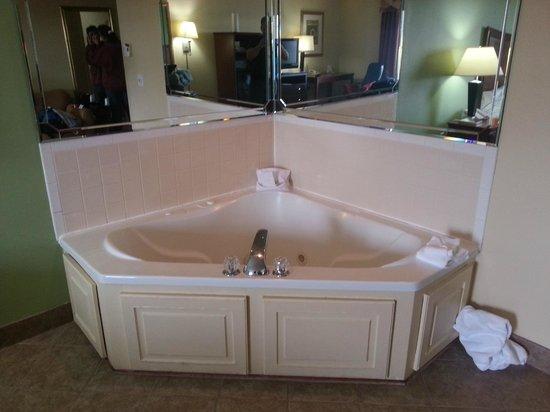 هوليداي إن إكسبرس آن سويتس نورث ليتل روك: Hot tub in the room is too small for two.