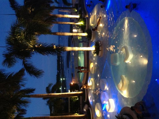 Moevenpick Hotel Mactan Island Cebu: Pool at night