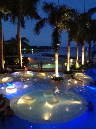 Mövenpick Hotel Mactan Island Cebu: Pool at night